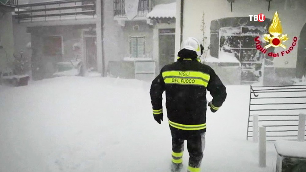 Спасатели Италии во время снегопада