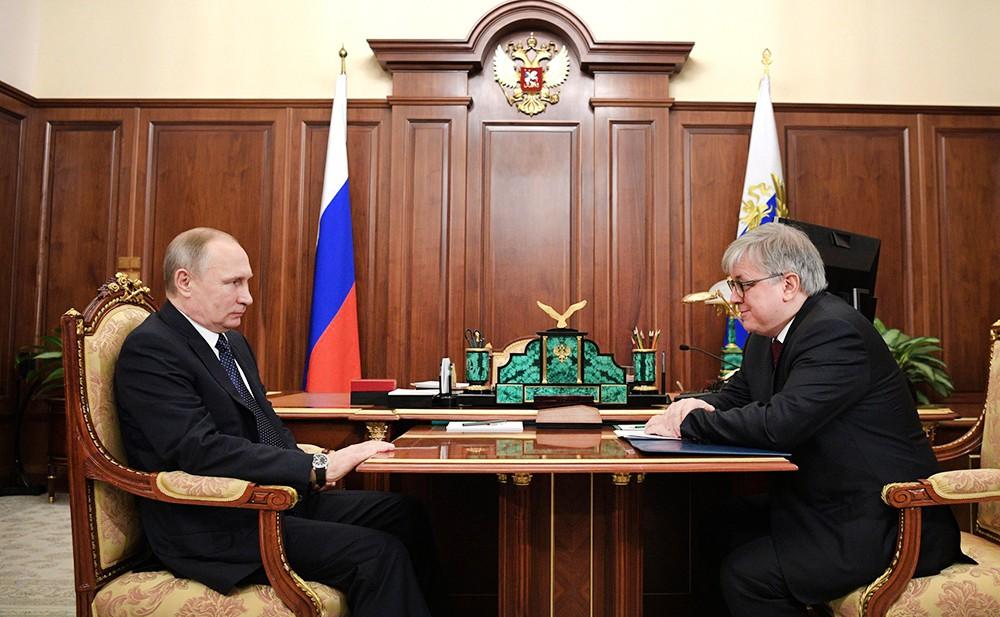Президент России Владимир Путин и ректор Высшей школы экономики Ярослав Кузьминов