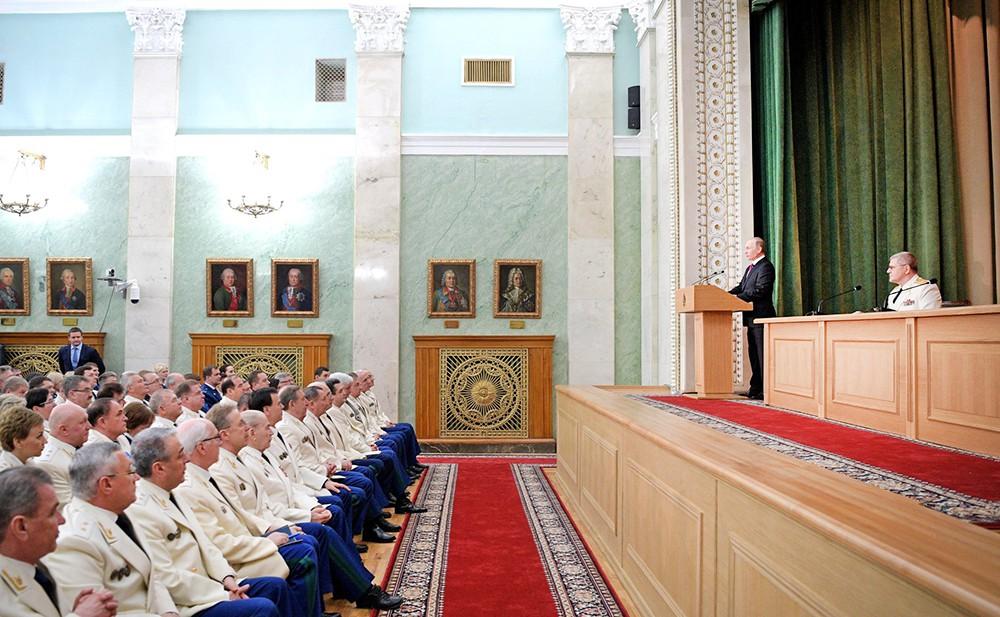 Владимир Путин выступает на заседании российской прокуратуры