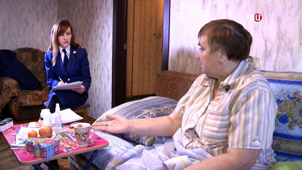 Пациентка поликлиники в Уфе общается с представителем прокуратуры