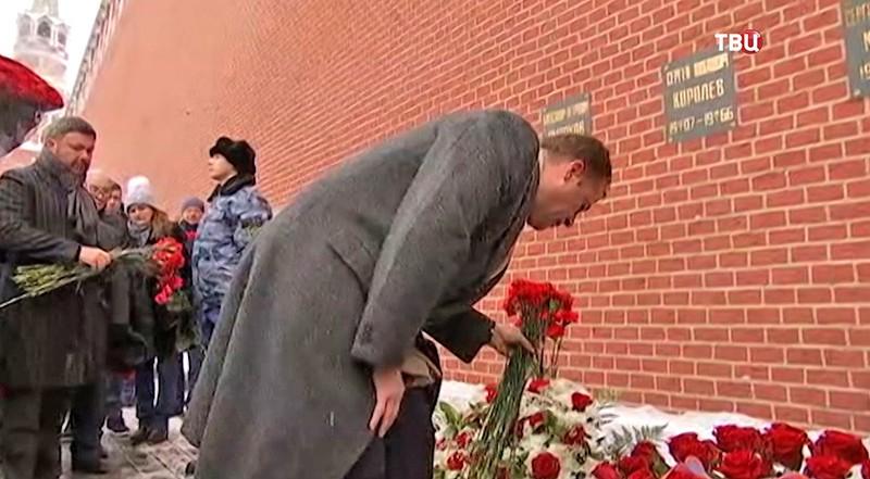 Церемония возложения цветов Сергею Королёву