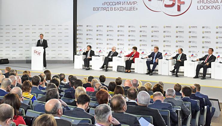 """Премьер-министр Дмитрий Медведев на форуме """"Россия и мир: взгляд в будущее"""""""