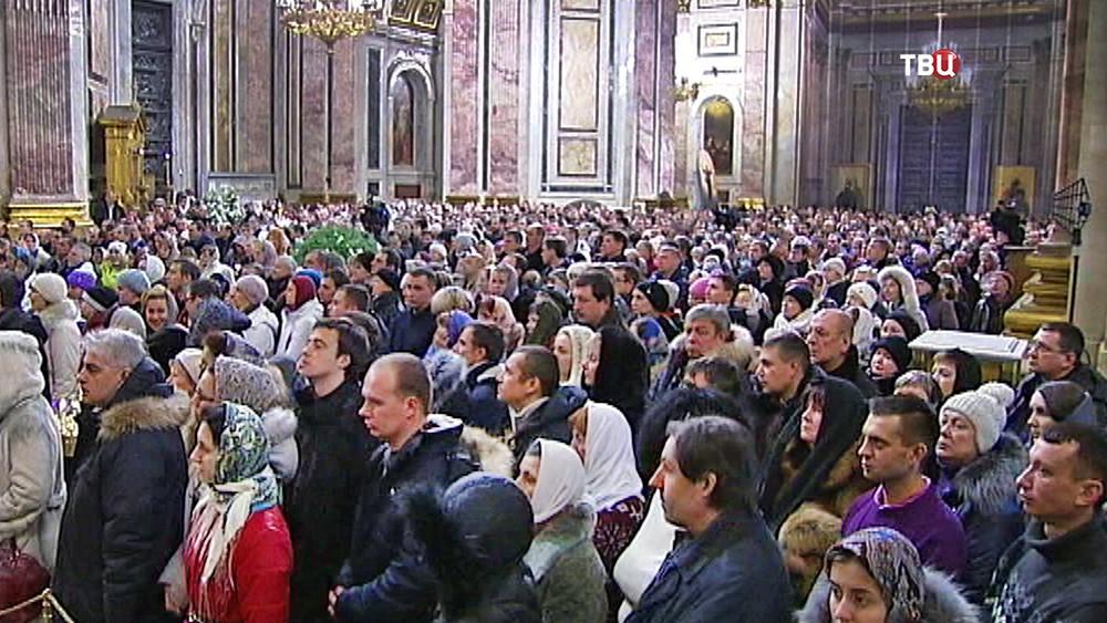 Православные верующие в Исаакиевском соборе