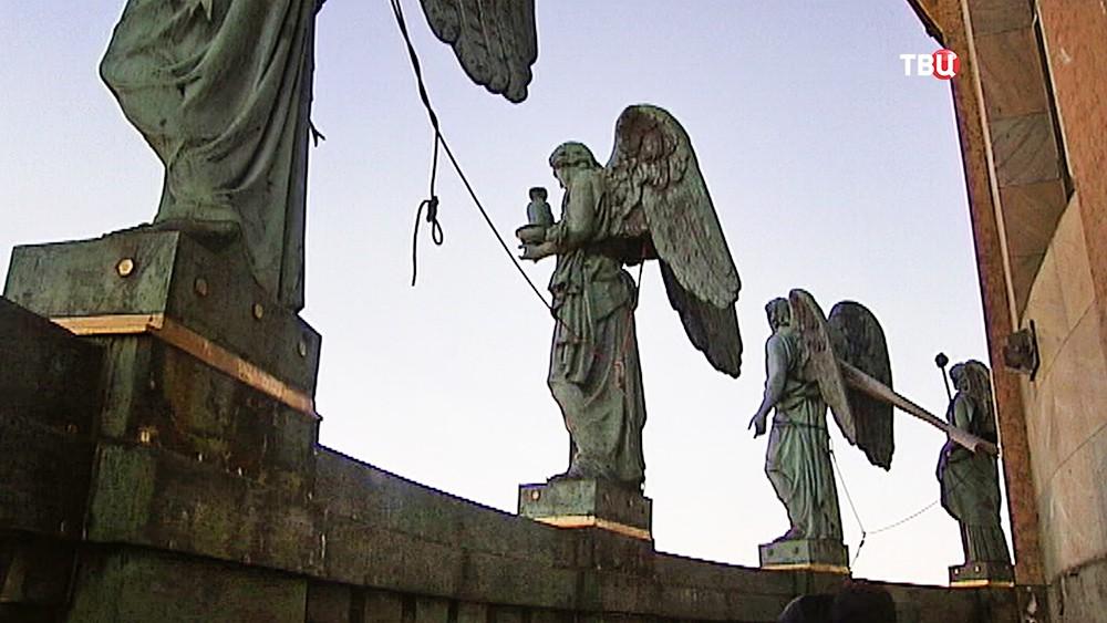 Скульптуры ангелов на балюстраде Исаакиевского собора