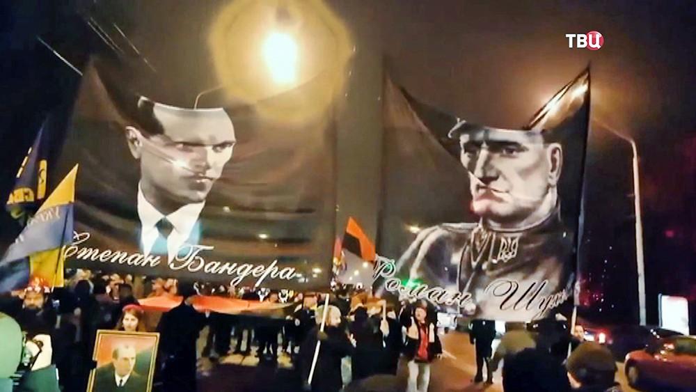 Украинские радикалы несут знамена с изображением Стапана Бандеры и Романа Шухевича