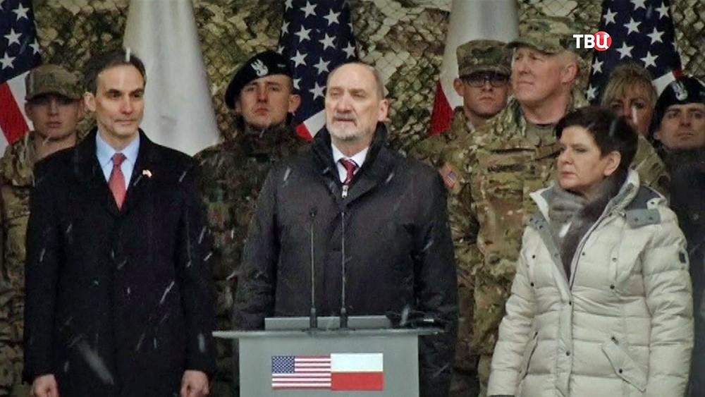 Министерстр обороны Польши Антоний Мацеревич приветствует американских военных