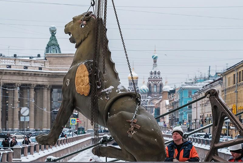 Демонтаж скульптур грифонов с Банковского моста в Санкт-Петербурге для отправки их на реставрацию