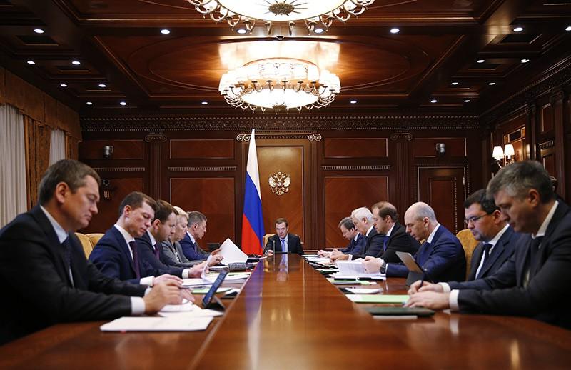 Медведев уменьшил антикризисный план на392 млрд руб.