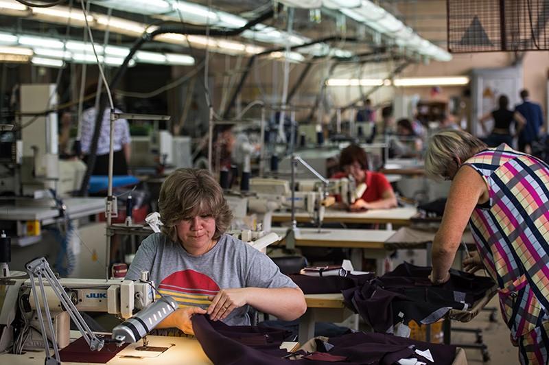 Работники в цехе швейной фабрики