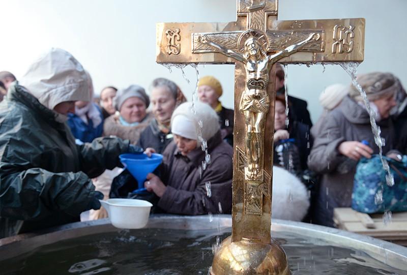 Верующие набирают воду в Крещенский сочельник