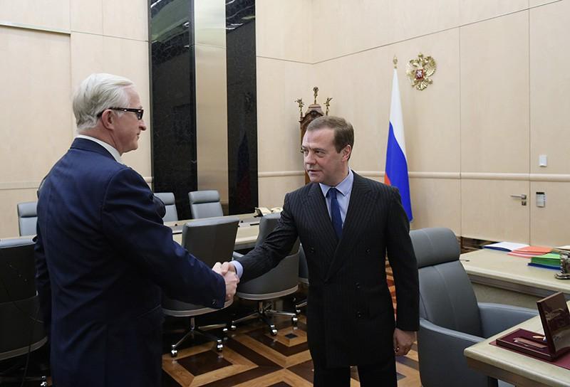 Председатель правительства России Дмитрий Медведев и президент Российского союза промышленников и предпринимателей Александр Шохин