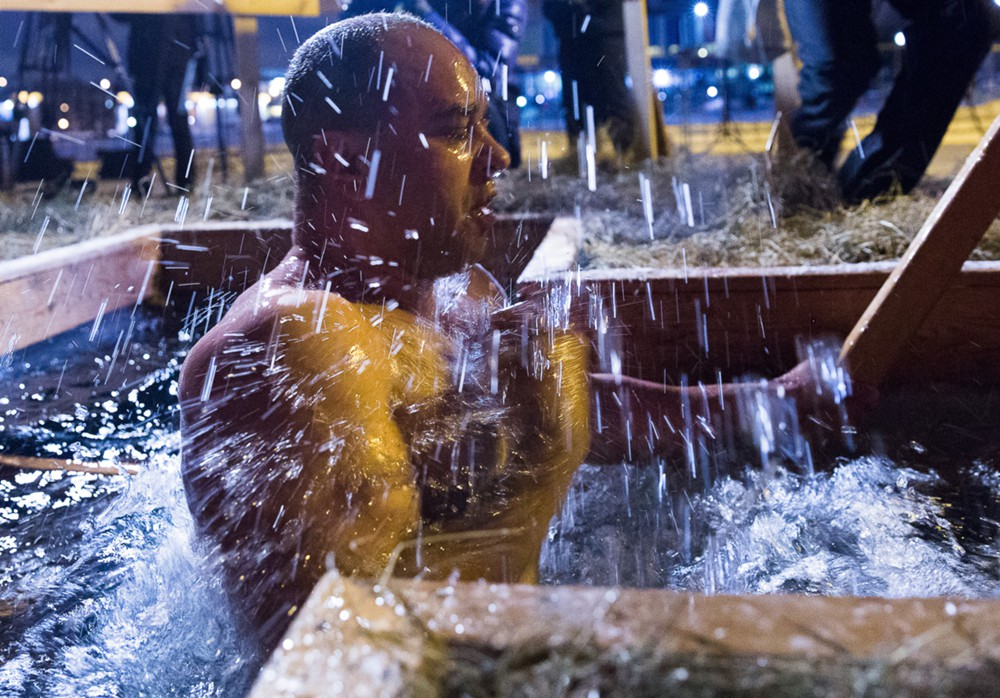 Горожане во время крещенских купаний