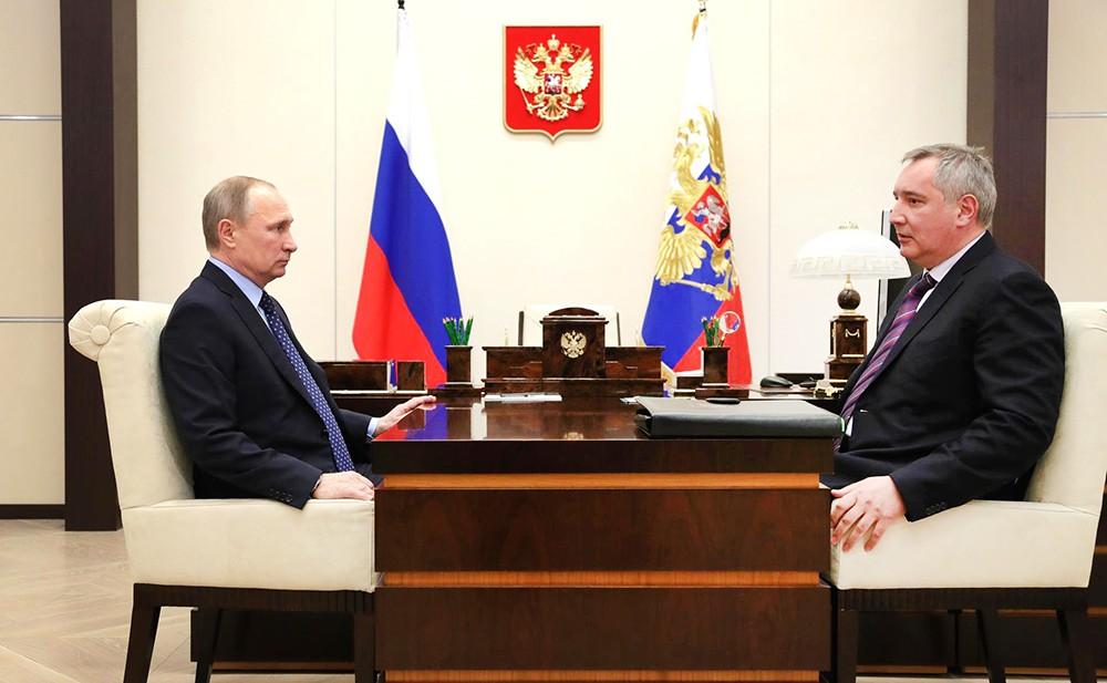 Президент России Владимир Путин и вице-премьер РФ Дмитрий Рогозин