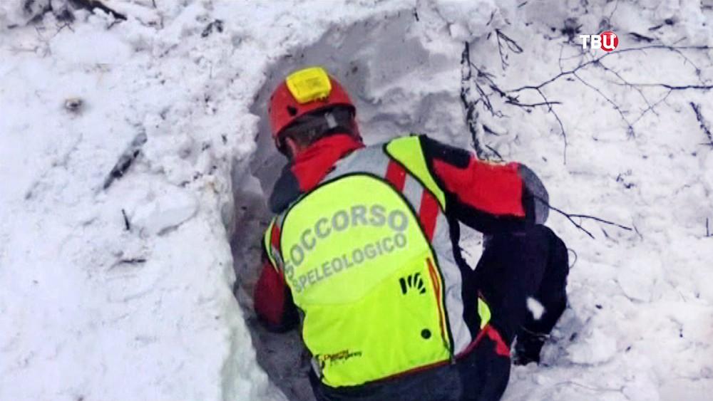 Спасатели Италии на месте схода лавины