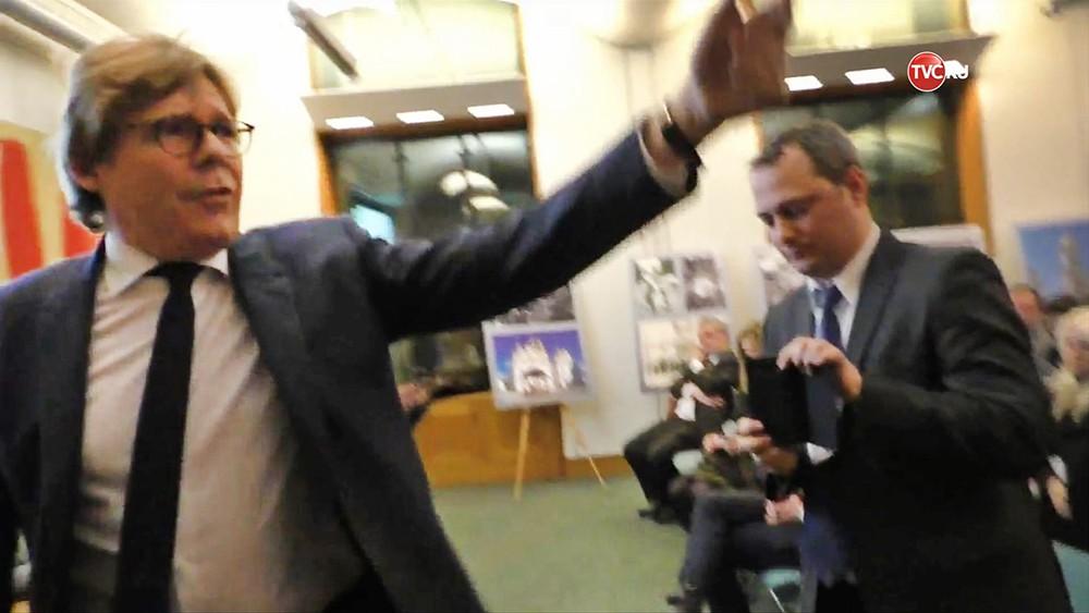 журналист Грэм Филлипс прогоняют со встречи Британо-Украинского сообщества