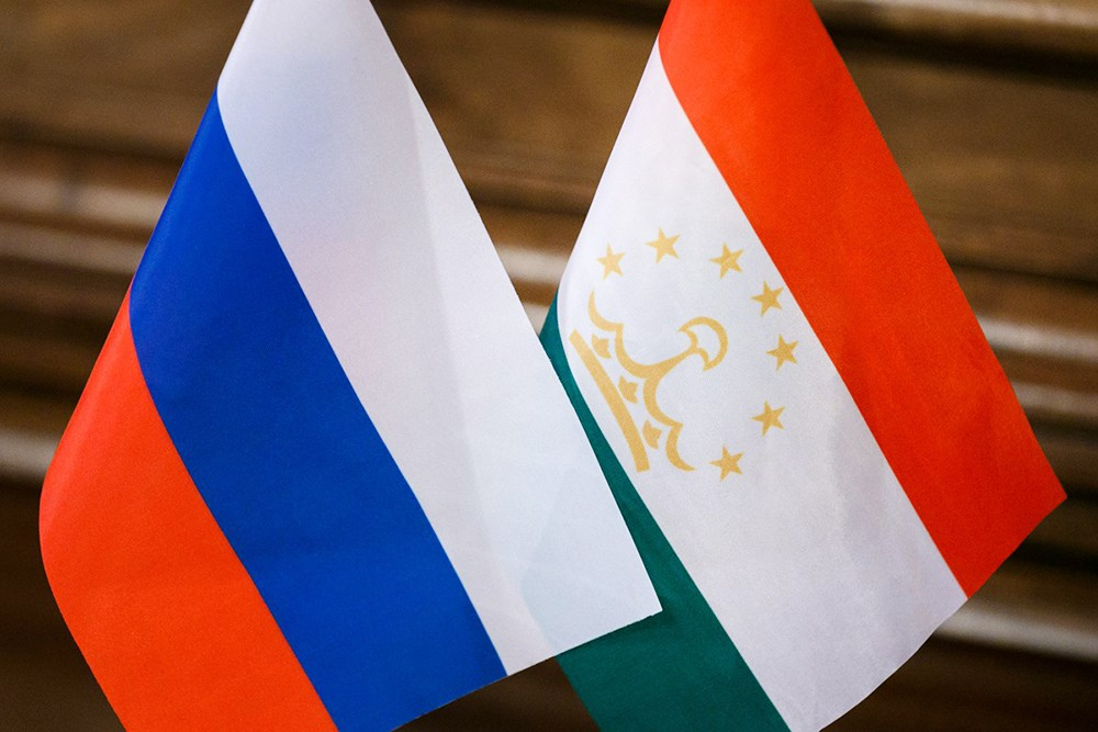 Флаги России и Таджикистана