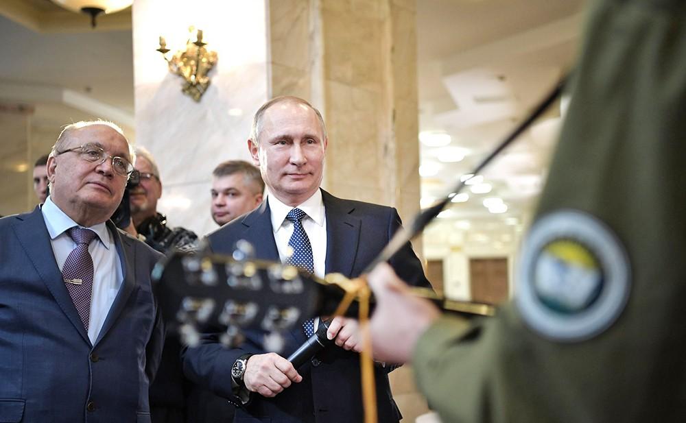 Владимир Путин поет со студентами МГУ