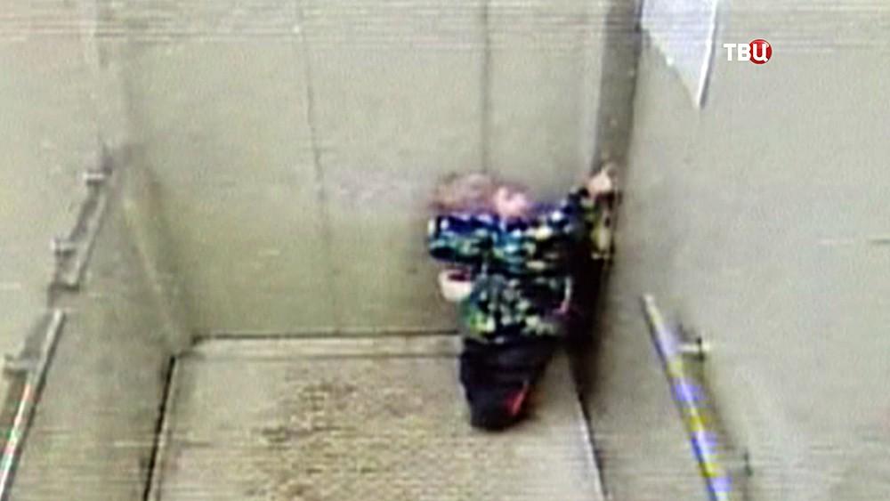 Забытый ребенок в лифте
