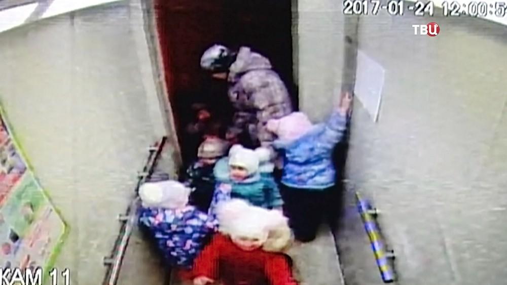 Дети в лифте
