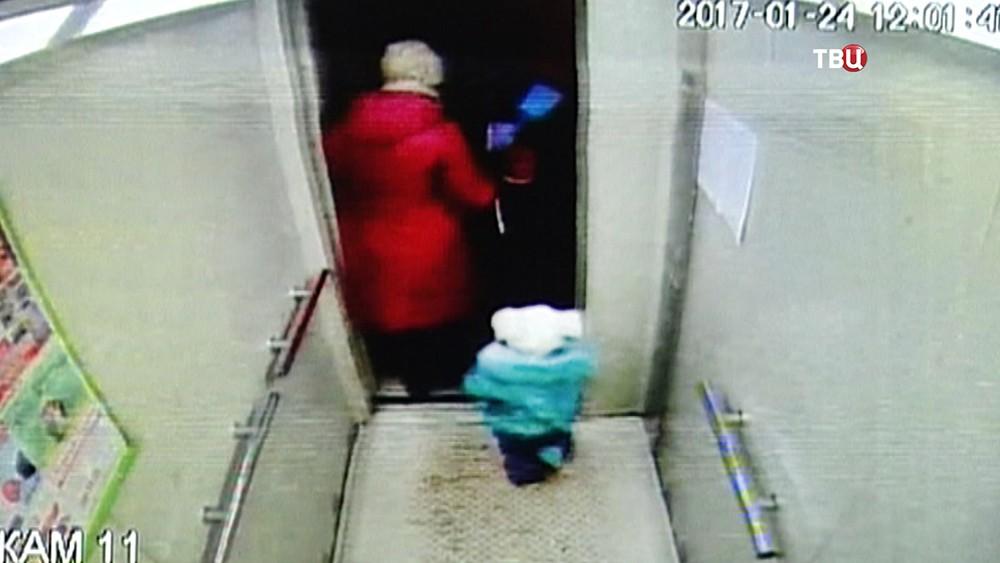 Ребенок в лифте