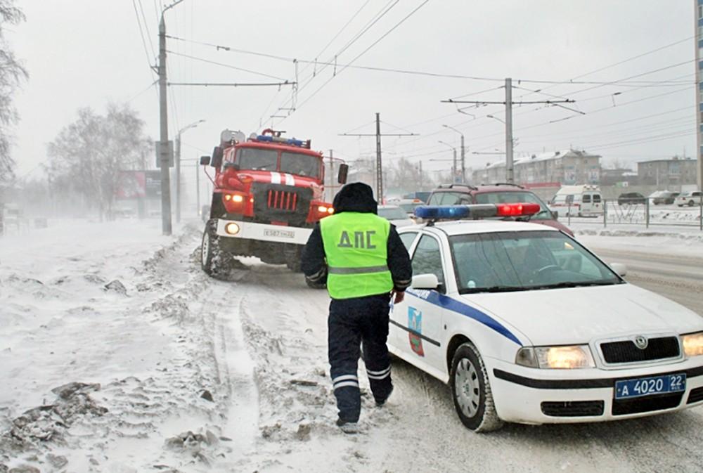 Работа МЧС и полиции Алтайского края во время снегопада