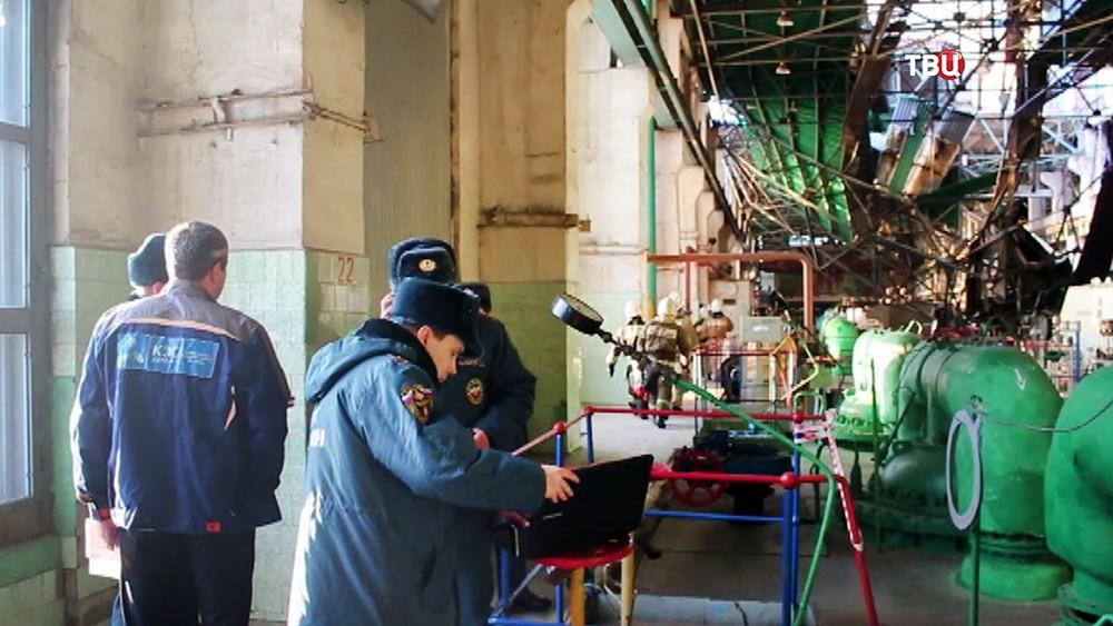 Сотрудники МЧС на месте аварии на ТЭЦ в Пензе