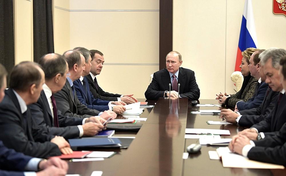 Президент России Владимир Путин проводит совещание с постоянными членами Совбеза РФ