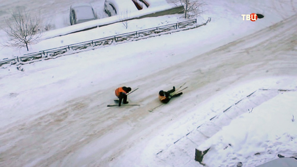 Дворники катаются на лопатах