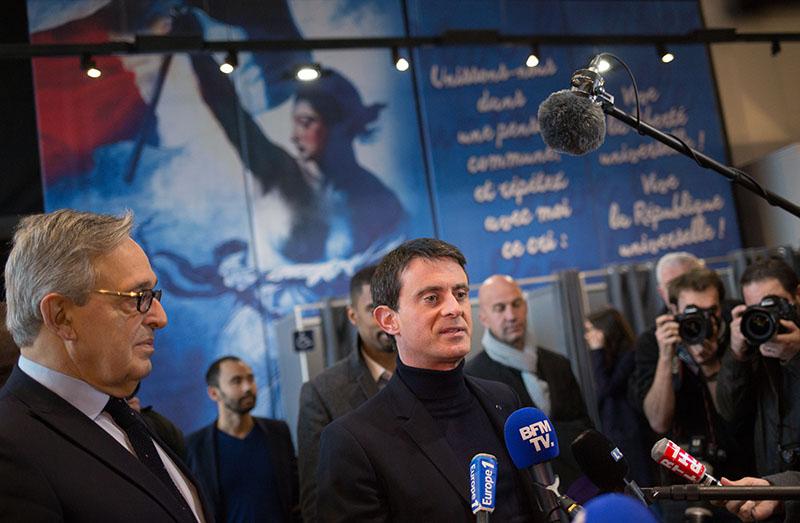 Мануэль Вальс общается с журналистами на избирательном участке