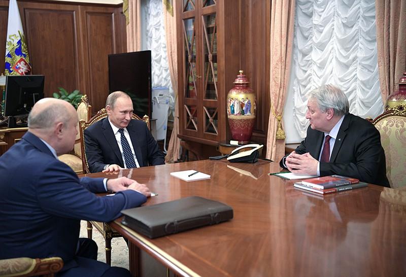 Президент России Владимир Путин во время встречи с Михаилом Фрадковым (слева) и прежним директором института РИСИ Леонидом Решетниковым (справа)