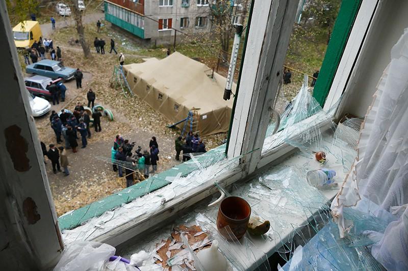 Вид из окна жилого дома, пострадавшего в результате обстрела украинскими силовиками, в Макеевке