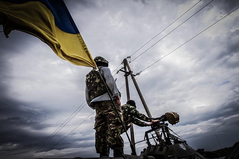 Солдаты украинской армии ведут огонь из гранатомета