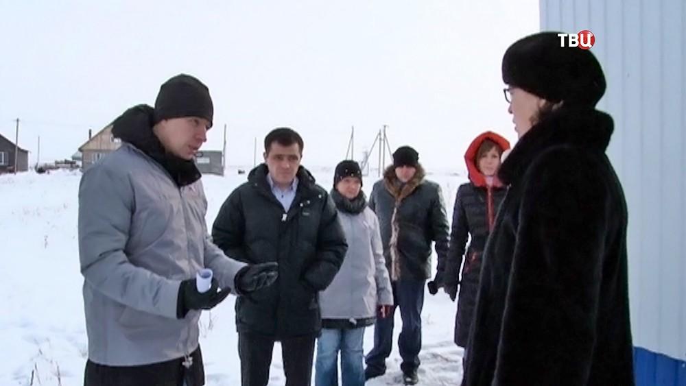 Эксперты беседуют с Челябинскими чиновниками, выдавшим непригодное жилье сиротам