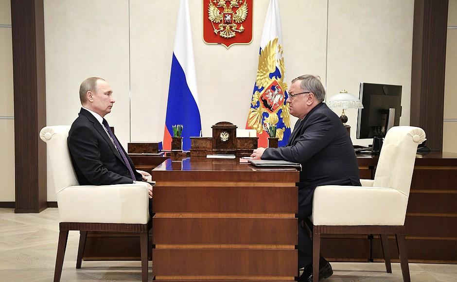 Президент России Владимир Путин и председатель правления Банка ВТБ Андрей Костин