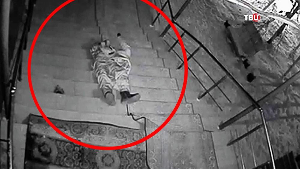 Замерзший мужчина на крыльце дома престарелых