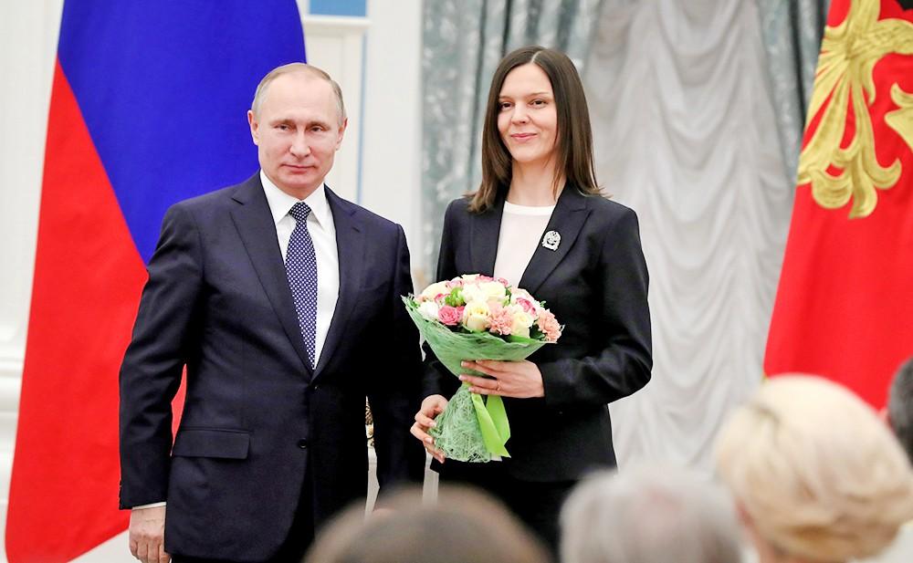 Президент Владимир Путин награждает молодых ученых