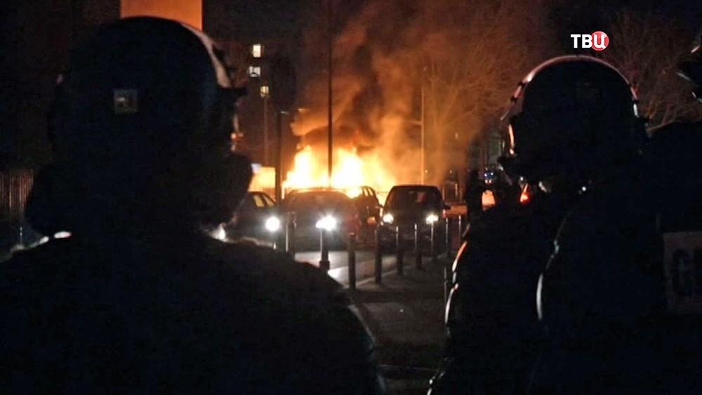 Массовые протесты впригороде Парижа против суровых действий милиции