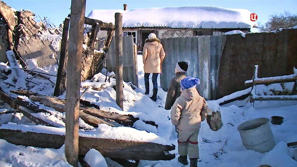 Семья на месте сгоревшего дома