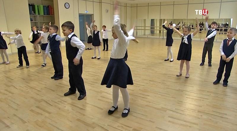 Дети занимаются танцами