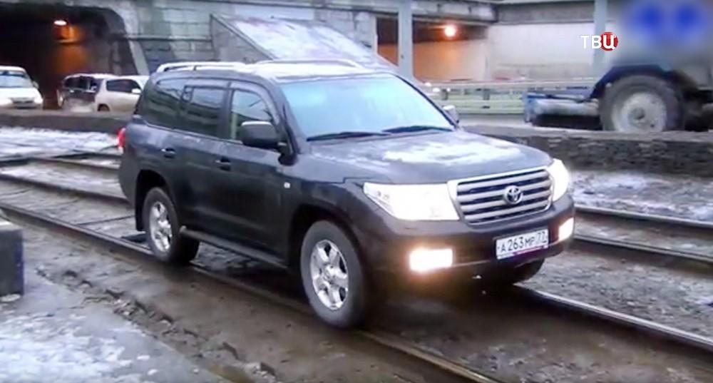 """Toyota Land Cruiser с номерами серии """"АМР"""" едет по трамвайным путям"""