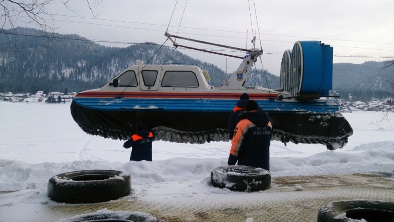 Сотрудники МЧС спускают на озеро Телецкое судно на воздушной подушке для проведения поисковых работ