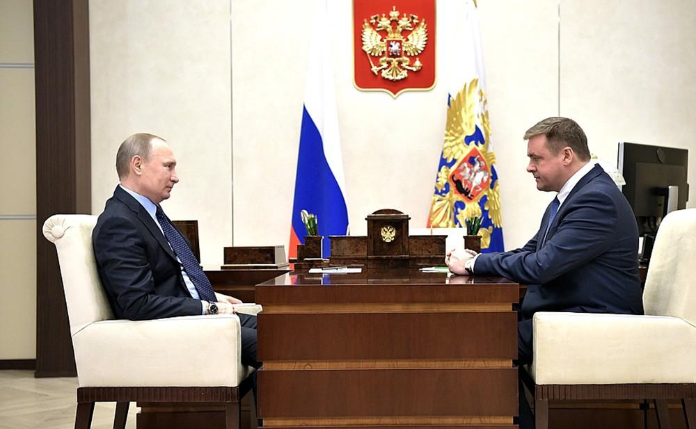 Президент России Владимир Путин и Николай Любимов во время встречи