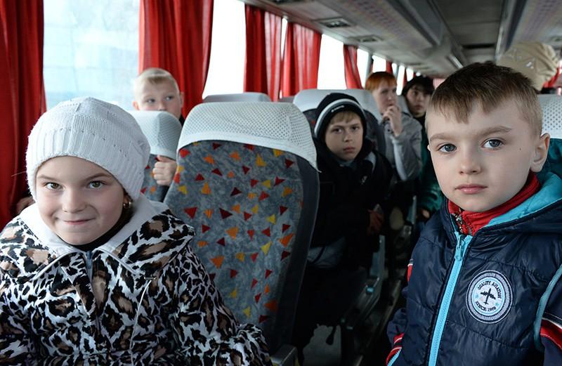 Дети из Луганска в салоне автобуса