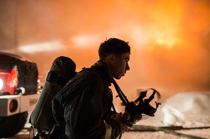 Сотрудник МЧС России во время тушения пожара