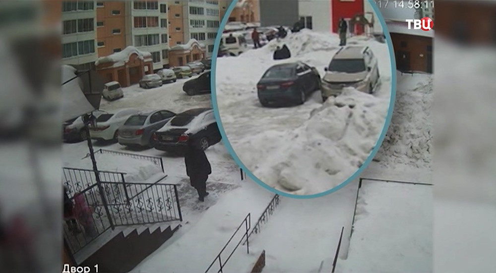 Момент избиения подростка. Кадр с камеры видеонаблюдения