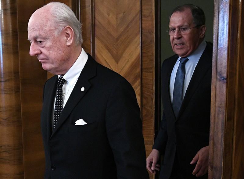 Глава МИД России Сергей Лавров (справа) во время встречи со спецпосланником ООН по Сирии Стаффаном де Мистурой
