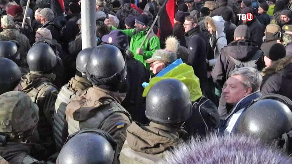 Полиция Украины сдерживает митингующих