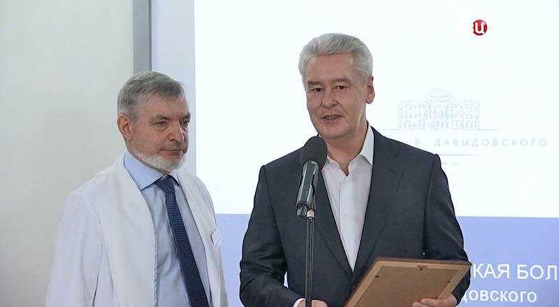 Сергей Собянин вручает награды врачам