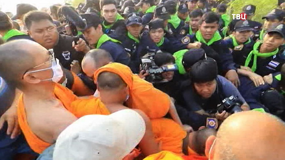 Потасовка буддийских монахов с полицейскими в Бангкоке
