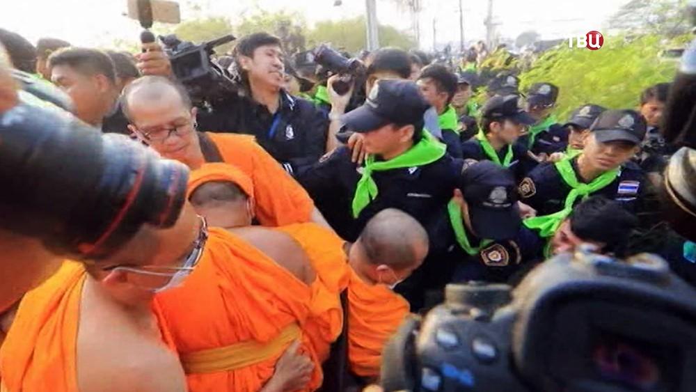 ВТаиланде уодного изхрамов случилось столкновение монахов иполицейских